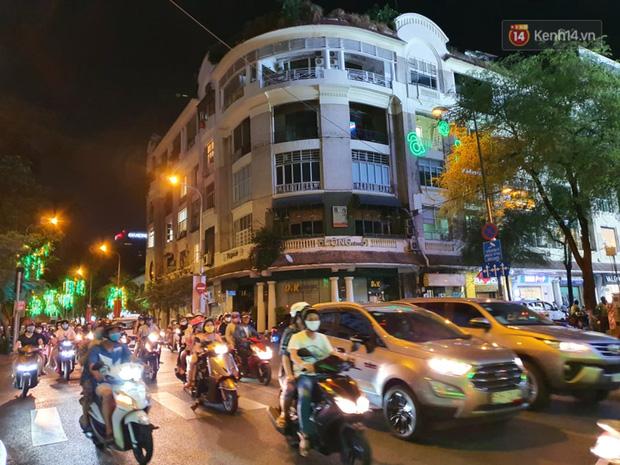 Phố đêm Hà Nội, TP. HCM đông đúc trong ngày đầu nghỉ lễ - Ảnh 7