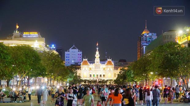 Phố đêm Hà Nội, TP. HCM đông đúc trong ngày đầu nghỉ lễ - Ảnh 8