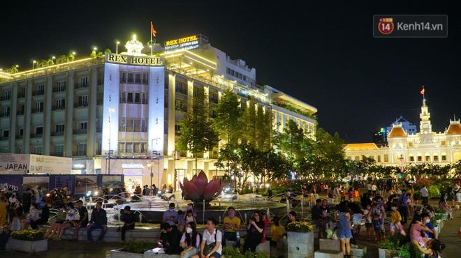 Phố đêm Hà Nội, TP. HCM đông đúc trong ngày đầu nghỉ lễ - Ảnh 9
