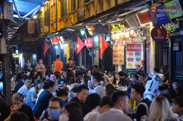 Phố đêm Hà Nội, TP. HCM đông đúc trong ngày đầu nghỉ lễ - Ảnh 5