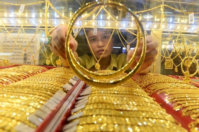 Giá vàng hôm nay 1/5/2020: Giá vàng thế giới bất ngờ giảm mạnh - Ảnh 1