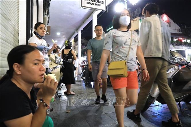 Phố đêm Hà Nội, TP. HCM đông đúc trong ngày đầu nghỉ lễ - Ảnh 1