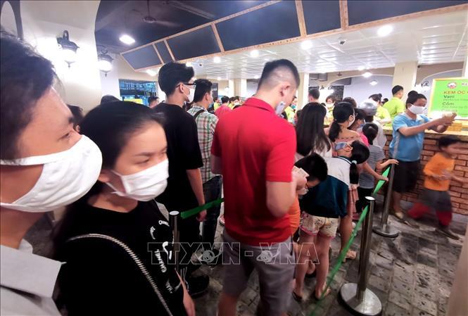 Phố đêm Hà Nội, TP. HCM đông đúc trong ngày đầu nghỉ lễ - Ảnh 2