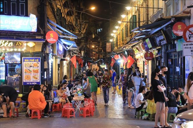 Phố đêm Hà Nội, TP. HCM đông đúc trong ngày đầu nghỉ lễ - Ảnh 3