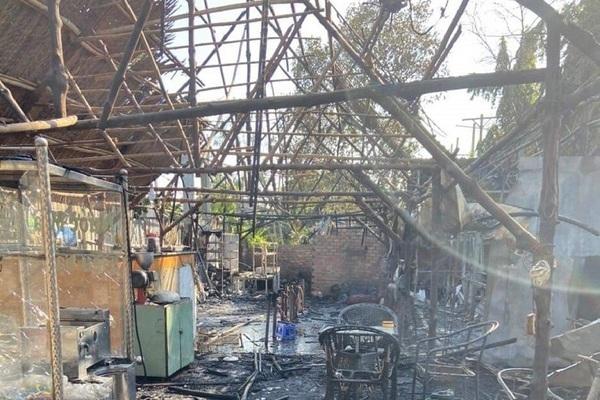 """Quán cà phê bốc cháy dữ dội, 2 vợ chồng chủ quán thoát khỏi """"biển lửa"""" - Ảnh 1"""