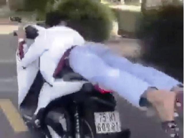 """""""Làm xiếc"""" trên xe máy, nam thanh niên bị phạt 4 triệu đồng - Ảnh 1"""