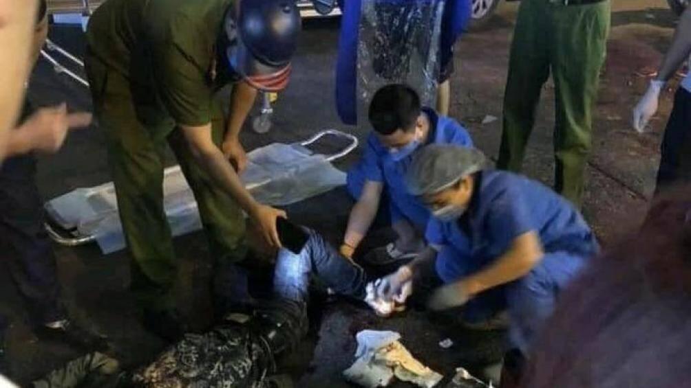 Công an điều tra vụ người đàn ông bị nhóm người dùng hung khí chém gục ở Hà Nội - Ảnh 1