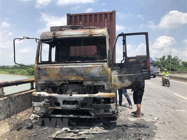 Xe container bốc cháy dữ dội giữa trưa nắng trên quốc lộ 5 - Ảnh 1