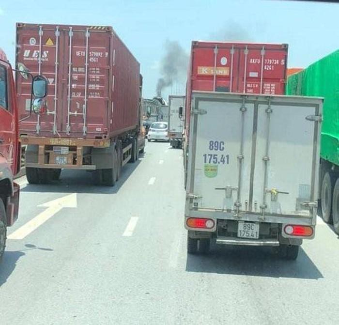 Xe container bốc cháy dữ dội giữa trưa nắng trên quốc lộ 5 - Ảnh 2