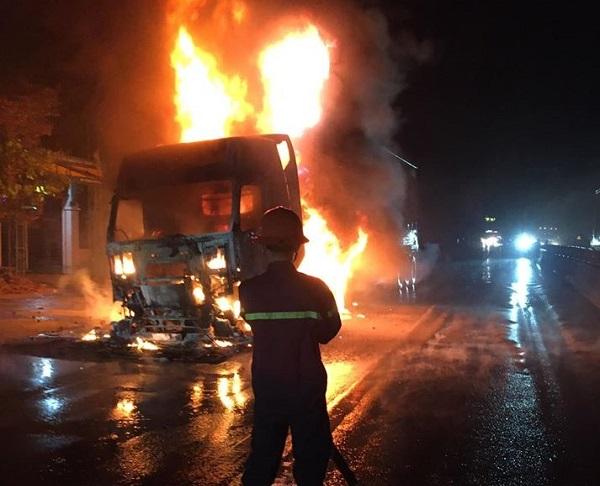 Tin tai nạn giao thông mới nhất ngày 25/5/2020: Bị container tông trúng, 7 người trong xe ô tô hoảng sợ kêu cứu - Ảnh 2