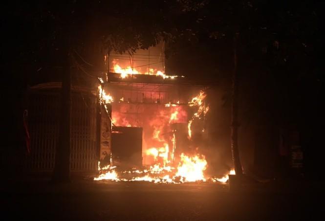 Tiệm bánh 3 tầng lớn nhất Hà Tĩnh bốc cháy lúc nửa đêm - Ảnh 1
