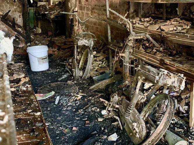 Tiệm bánh 3 tầng lớn nhất Hà Tĩnh bốc cháy lúc nửa đêm - Ảnh 2