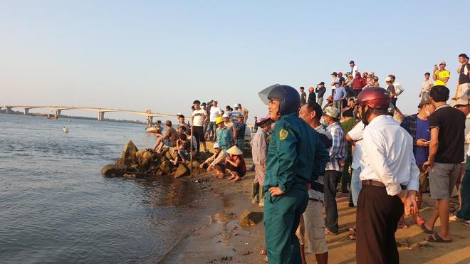 Vụ lật ghe chở 11 người trên sông Thu Bồn, 5 người mất tích: Tìm thấy thi thể 2 nạn nhân - Ảnh 1