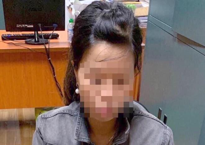 Vụ bé trai sơ sinh bị bỏ rơi dưới hố ga ở Hà Nội: Người mẹ bị xử phạt hành chính hay hình sự? - Ảnh 1