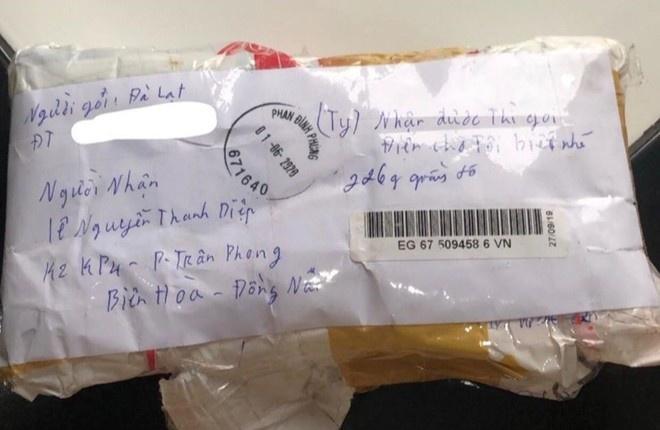 Bị mất ví, nữ sinh viên 9X bất ngờ nhận được bưu phẩm lạ - Ảnh 1