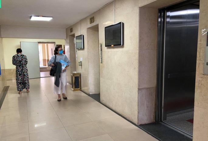 Vụ bé trai bị xâm hại ở thang máy chung cư Hà Nội: Xác định danh tính đối tượng - Ảnh 1