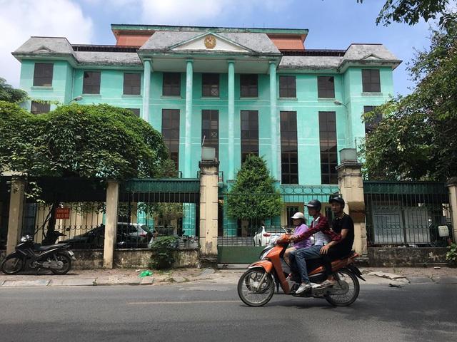 Vụ bị cáo chạy trốn lúc đưa ra xét xử, dùng dao chống trả ở Hà Nội: Nhân chứng tiết lộ gì? - Ảnh 1