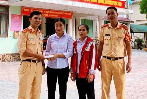 Nhặt được 50 triệu đồng, 2 nữ sinh ở Quảng Trị nhờ công an trả lại cho người đánh rơi - Ảnh 1