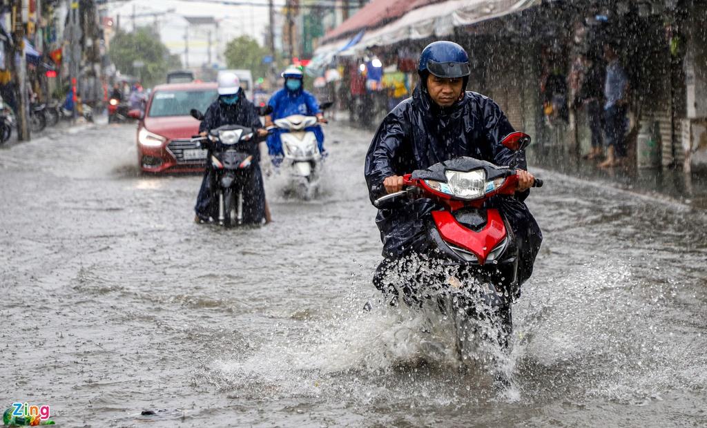 """TP.HCM mưa như trút nước, người, xế hộp """"bơi"""" trong """"biển nước"""" - Ảnh 1"""