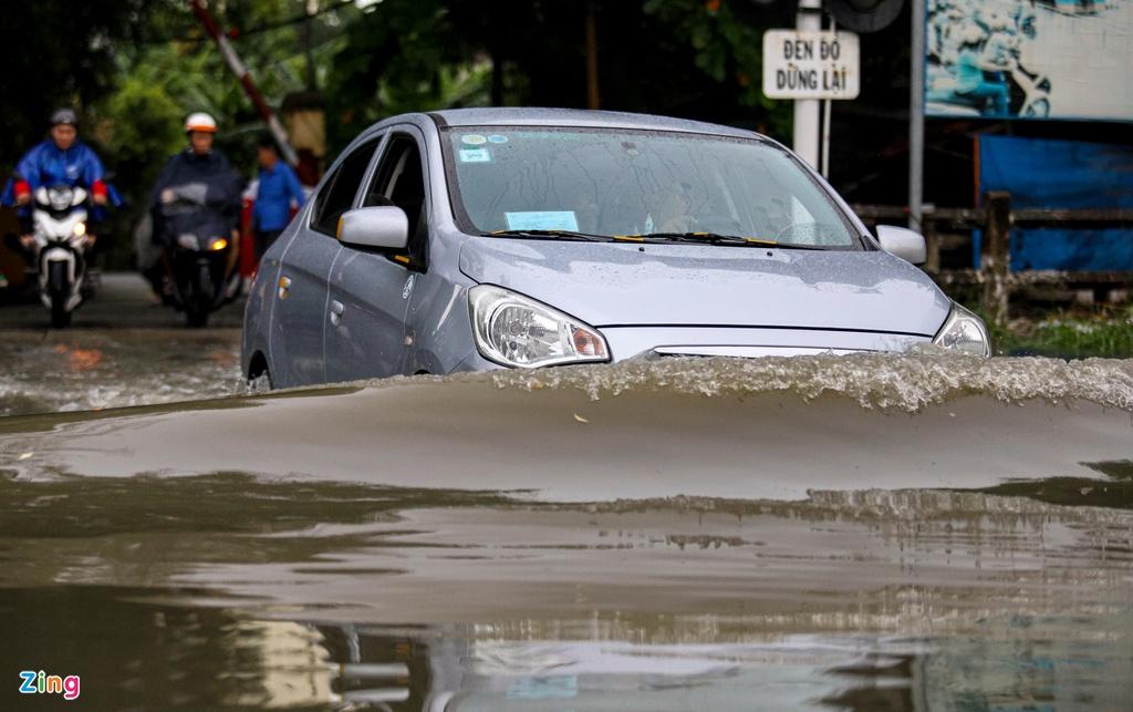 """TP.HCM mưa như trút nước, người, xế hộp """"bơi"""" trong """"biển nước"""" - Ảnh 2"""