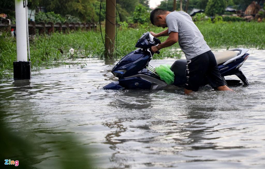 """TP.HCM mưa như trút nước, người, xế hộp """"bơi"""" trong """"biển nước"""" - Ảnh 3"""
