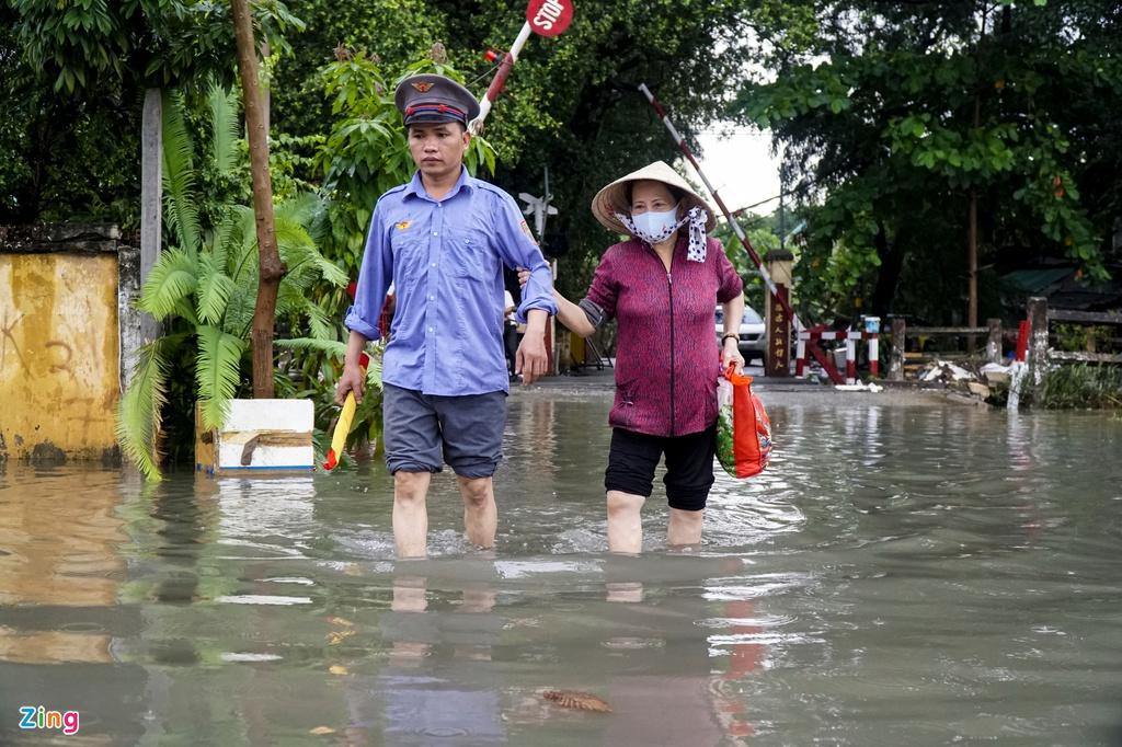 """TP.HCM mưa như trút nước, người, xế hộp """"bơi"""" trong """"biển nước"""" - Ảnh 4"""