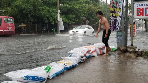 """TP.HCM mưa như trút nước, người, xế hộp """"bơi"""" trong """"biển nước"""" - Ảnh 5"""