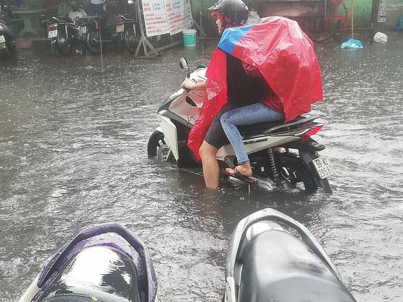 """TP.HCM mưa như trút nước, người, xế hộp """"bơi"""" trong """"biển nước"""" - Ảnh 6"""