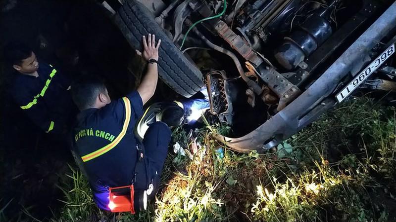 Xe tải lao xuống suối, chủ xe và tài xế tử vong - Ảnh 1