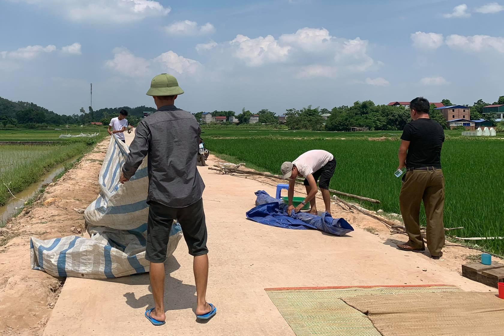Sau cuộc đối thoại, người dân ngừng chặn xe chở rác vào bãi rác Nam Sơn - Ảnh 1