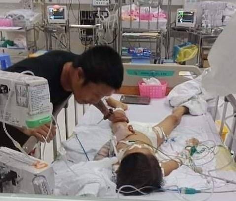 Bé trai 7 tuổi ở Bình Phước hôn mê, nguy kịch sau khi phẫu thuật tháo đinh nẹp tay - Ảnh 1