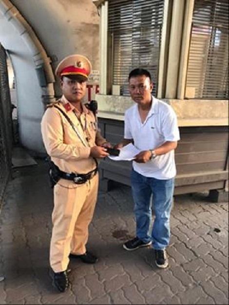 Nhặt được 15 triệu đồng, Thượng úy CSGT Hà Nội trả lại người đánh rơi - Ảnh 1