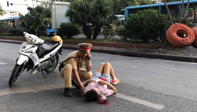 Tin tai nạn giao thông mới nhất ngày 19/7/2020: Giật mình vì tiếng còi xe, người phụ nữ ngã ra đường Hà Nội nguy kịch? - Ảnh 1