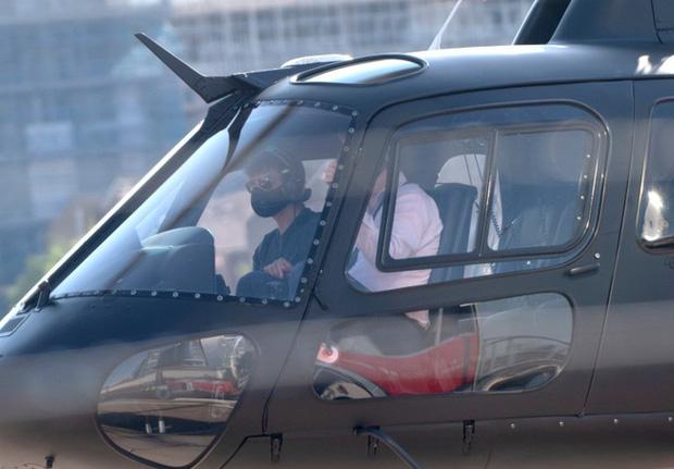 """Tom Cruise gây """"choáng"""" khi bịt khẩu trang kín mít, tự lái trực thăng đi ăn trưa - Ảnh 1"""