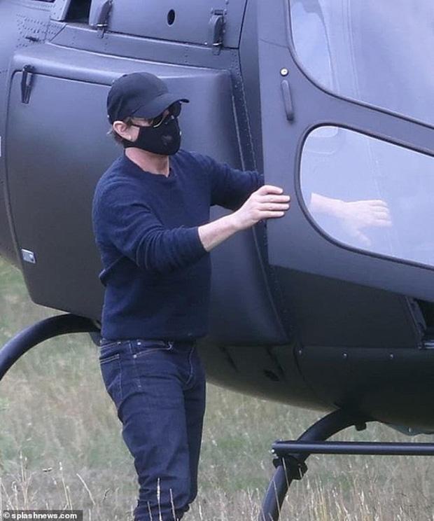 """Tom Cruise gây """"choáng"""" khi bịt khẩu trang kín mít, tự lái trực thăng đi ăn trưa - Ảnh 2"""