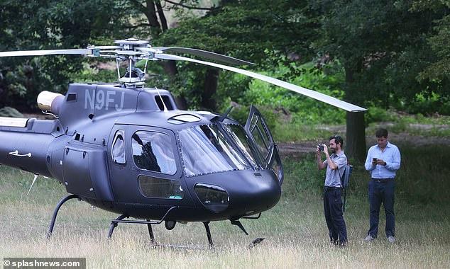 """Tom Cruise gây """"choáng"""" khi bịt khẩu trang kín mít, tự lái trực thăng đi ăn trưa - Ảnh 3"""