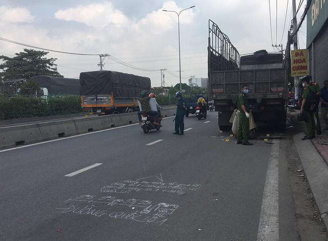 Va chạm giao thông kinh hoàng, nam thanh niên và xe máy dính vào đuôi xe tải - Ảnh 1