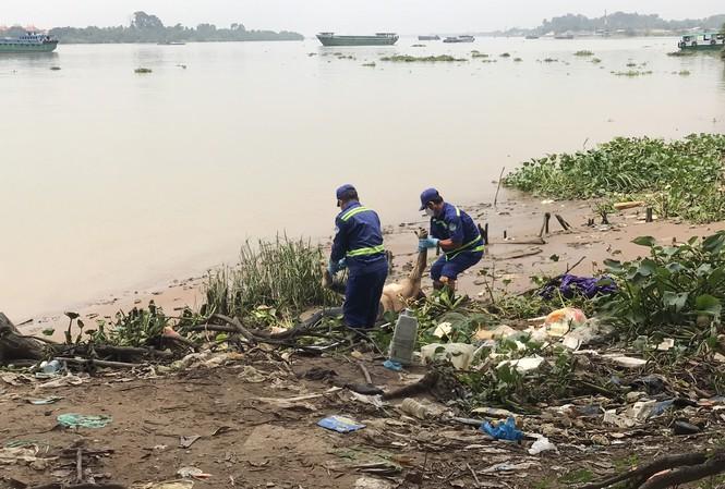 Rùng mình phát hiện thi thể nam giới phân hủy nặng trên sông Đồng Nai - Ảnh 1