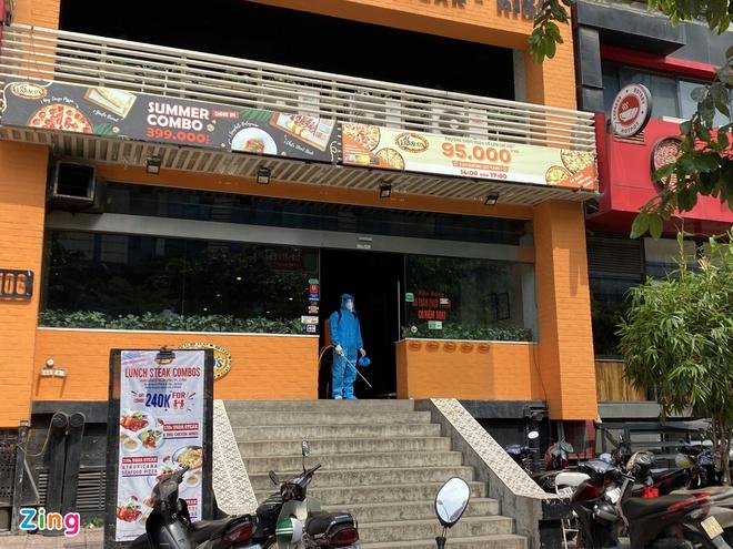 Một ca nghi nhiễm Covid-19 ở Hà Nội, phong tỏa một quán pizza - Ảnh 2