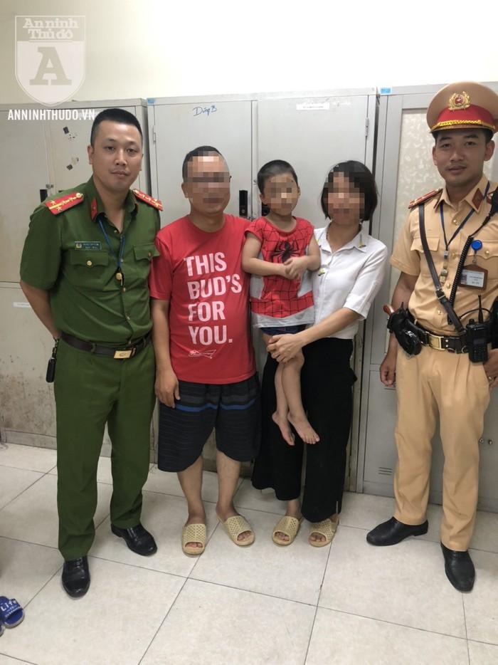 CSGT Hà Nội giúp cháu bé 5 tuổi đi lạc về nhà - Ảnh 1