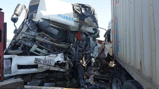 Xe tải tông trực diện container, 1 người chết, đầu 2 xe biến dạng - Ảnh 1