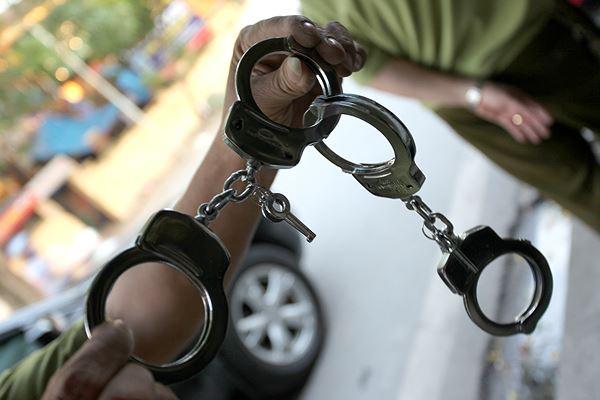 """Bị còng tay, tên trộm vẫn lấy được chìa khóa """"đào tẩu"""" khỏi đồn công an - Ảnh 1"""