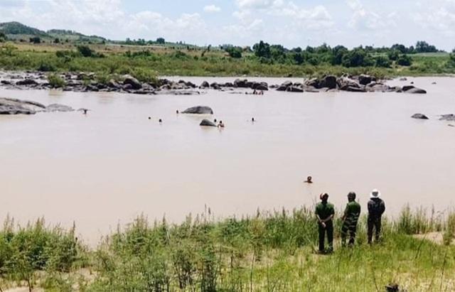 Phát hiện thi thể người đàn ông dưới sông, trên vai đeo bộ kích điện bắt cá - Ảnh 1