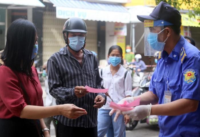 """Cận cảnh người dân đi chợ """"tem phiếu"""" tại Đà Nẵng thời Covid-19 - Ảnh 10"""