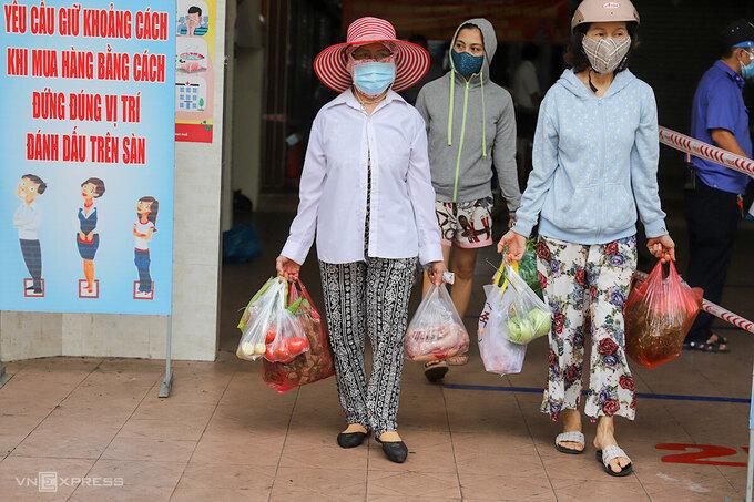 """Cận cảnh người dân đi chợ """"tem phiếu"""" tại Đà Nẵng thời Covid-19 - Ảnh 13"""