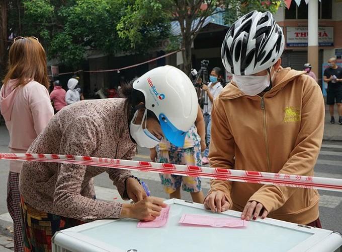 """Cận cảnh người dân đi chợ """"tem phiếu"""" tại Đà Nẵng thời Covid-19 - Ảnh 7"""