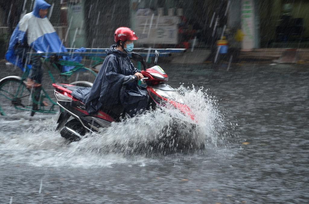 Tin tức dự báo thời tiết mới nhất hôm nay 15/8: Miền Bắc mưa lớn, cảnh báo lũ quét, sạt lở đất - Ảnh 1