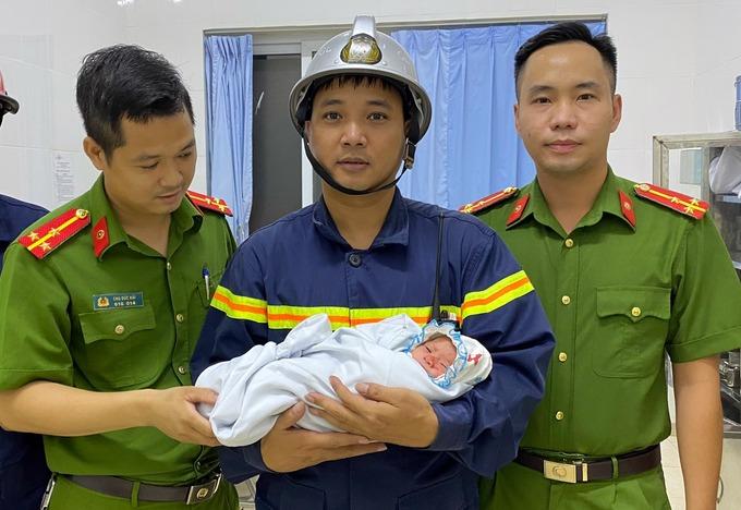 Tình hình sức khỏe của bé sơ sinh bị bỏ rơi giữa khe tường - Ảnh 1