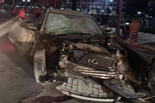 Xe Lexus gây tai nạn liên hoàn trên phố đi bộ khiến nữ công an tử vong - Ảnh 1