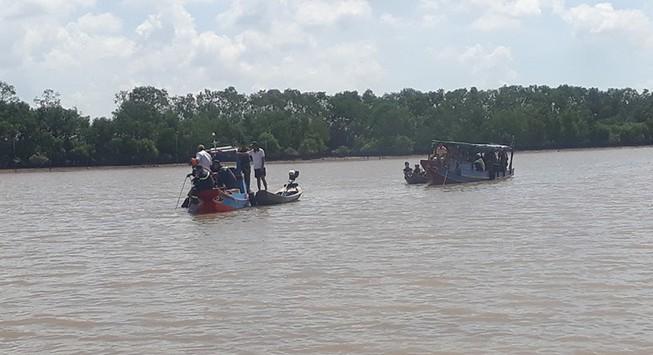 Chìm ghe câu cá ở cửa sông Ba Lai, 2 người chết, 2 người mất tích - Ảnh 1